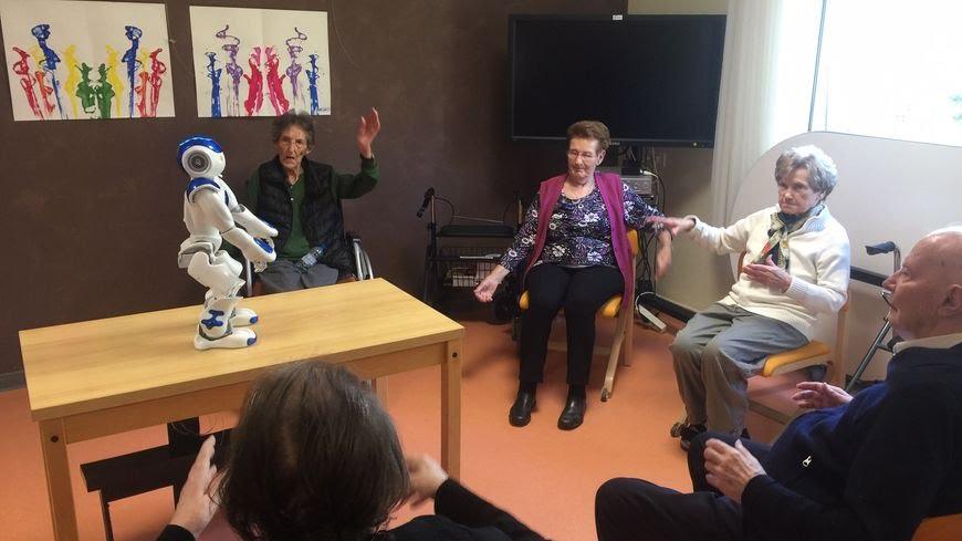 Mulhouse : Zora, le robot qui fait bouger les résidents d'une maison de retraite